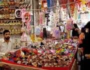 اٹک: عید کی آمد قریب آنے پر خواتین مینا بازار سے جیولری خرید رہی ہیں۔