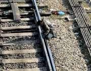 راولپنڈی: ریلوے انتظامیہ کی نااہلی، ٹریک پر بیٹھا ایک بچہ خطرناک انداز ..