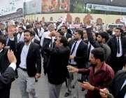 راولپنڈی: کچہری چوک میں وکلا کی ریلی میں وکلا نعرے بازی کر رہے ہیں۔