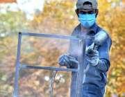 اسلام آباد: مزدور لوہے کے فرنیچر کو رنگ کررہا ہے۔