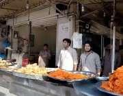 اٹک: دکانداروں نے افطاری کے لیے پکوڑے سموسے اور جلیبیاں تیار کرنے کے ..