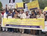 لاہور: ایک ہاؤسنگ سوسائٹی کے باہر متاثرین اپنے مطالبات کے حق میں پریس ..