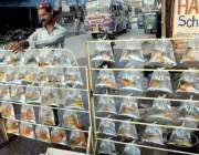 پشاور: محنت کش نے بھانہ ماڑی میں سرک کنارے مچھلیاں فروخت کے لیے سجا ..