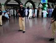 راولپنڈی: وفاقی وزیر ریلوے کی آمد پر پولیس اہلکار الرٹ کھڑے ہیں۔