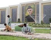 لاہور: جیل روڈ پر زیر تعمیر گلشن قائد میں کاریگر کام میں مصروف ہیں۔