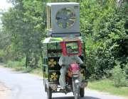 فیصل آباد: ایک چنگچی سوار خطرناک انداز سے ایئرکولر لیے جا رہا ہے جو ..