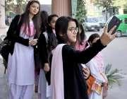 لاہور: نظریہ پاکستان ٹرسٹ میں مقامی سکول کی طالبات سیلفی لے رہی ہیں۔