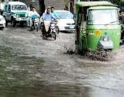 لاہور: شہر میں ہونے والی بارش کے بعد پریس کلب کے باہر کھڑے پانی سے ٹریفک ..