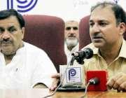 پشاور: آل پاکستان فروٹ سبزی منڈیوں کے صدر ملک سوہنی پریس کانفرنس کر ..