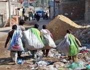 حیدر آباد: خانہ بدوش بچے کچرے کے ڈھیر سے کارآمد اشیاء تلاش کر رہے ہیں۔