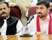 پشاور: اے این پی آرگنائزیشن کمیٹی کے ممبر ابرار خلیل پریس کانفرنس کر ..