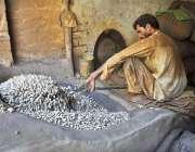 راولپنڈی: محنت کش مونگ پھلی روسٹ کر رہا ہے۔
