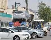 فیصل آباد: ٹریفک وارڈن کچہری بازار میں غلط پارک کی گئی گاڑی کو لفٹر ..