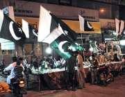حیدر آباد: پاکستانی کی سترویں یوم آزادی کی آمد کے موقع پر سڑک کنارے ..