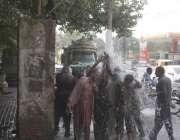 لاہور: شہری گرمی کی شدت کم کرنے کے لیے شملہ پہاڑی چوک میں لگے واسا کے ..