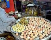 راولپنڈی: سرد موسم میں سوپ کی مانگ میں اضافے کے باعث ایک محنت کش سوپ ..