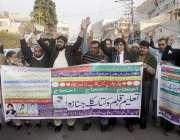 لاہور: پنجاب ٹیچرز یونین کے اراکین اپنے مطالبات کے حق میں احتجاج کررہے ..