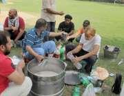 لاہور: جیلانی پارک میں صبح کے وقت ورز کے لیے آئے لوگ سردائی پی رہے ہیں۔