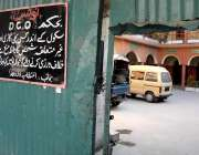 راولپنڈی: ٹرنک بازار فیض الاسلام سکول کے اندر گاڑیاں کھڑی ہیں اور باہرDCOکے ..