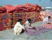 راولپنڈی: مزدور رضائیاں سلائی کررہے ہیں۔
