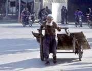 لاہور: ایک بزرگ محنت کش ہتھ ریڑھی کھینچ کر لے جار ہا ہے۔
