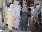 کوئٹہ: رمضان المبارک کے تیسرے جمعہ کے موقع پر مسجد داخلے سے قبل نمازیوں ..