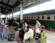 حیدر آباد: بولاری کے قریب دو مال بردار ٹرینوں میں تصادم کے بعد مسافر ..