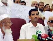 پشاور: ناظم دودزئی امان اللہ پریس کانفرنس سے خطاب کر رہے ہیں۔