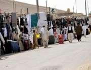 کوئٹہ: بائی پاس پر واقع جاجی کیمپ میں عازمین حج احرام و ضروری سامان ..