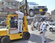 حیدر آباد: ٹریفک وارڈن نو پارکنگ میں کھڑی کار کو لفٹر کے ذریعے ہٹا رہا ..