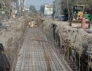 لاہور: مزدور میکلوڈ روڈ پر نالے کے تعمیراتی کام میں مصروف ہیں۔