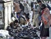 اسلام آباد: سڑک کنارے لگے سٹال سے شہری جوتے پسند کر رہے ہیں۔