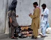 کوئٹہ: جناح روڈ پر ایک شخص ہاتھ سے بنے ہوئے جوتے فروخت کر رہا ہے۔