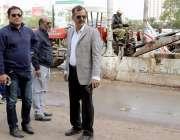 کراچی: چیئرمین بلدیہ وسطی ریحان ہاشمی، میونسپل کمشنر آفاق سعید کے ہمراہ ..