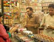 لاہور: ایک لڑکی عید کے لیے چوڑیاں خرید رہی ہیں۔