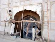 لاہور: مزدور شالیمار باغ کے تزئین و آرائش کے کام میں مصروف ہے۔