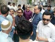کراچی: تحریک انصاف کے مرکزی رہنما سینیٹر اعظم سواتی حلیم عادل شیخ کے ..