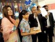 کراچی: بچوں کے عالمی دن کے موقع پر ہمدرد پبلک سکول کے بچے ڈالمن مال میں ..