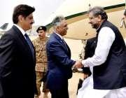 کراچی: ائیرپورٹ پہنچنے پر وزیراعظم شاہد خاقان عباسی کا استقبال گورنر ..