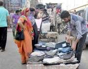 لاہور: پیر مکی روڈ پر ایک شخص نے سڑک کے درمیان پینٹوں کلا سٹال سجا رکھا ..