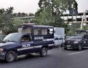 لاہور: پولیس وین کے ذریعے محکمے کی خراب گاڑی کو رسی کے ذریعے کھینچ کر ..