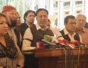 لاہور: اپوزیشن لیڈر میاں محمود الرشید پنجاب اسمبلی کے احاطہ میں میڈیا ..