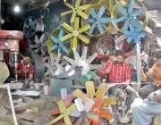 لاہور: کاریگر پنکھے تیار کرنے میں مصروف ہے۔