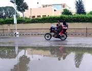 کراچی: شہر میں موسلا دھار بارش کے بعد سڑک پر پانی جمع ہے۔