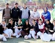پشاور: انٹر کالجیٹ گرلز والی بال ٹورنامنٹ کے افتتاح کے موقع پر صوبائی ..