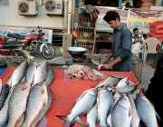 اٹک: ایک نوجوان مچھلی کا گوشت فروخت کرنے کے لیے تیارج کر رہا ہے۔