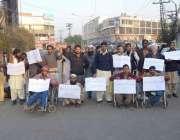 لاہور: معذور افراد اپنے مطالبات کے حق میں احتجاج کر رہے ہیں۔