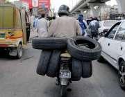 راولپنڈی: ایک شخص موٹر سائیکل پر ٹائر لادھے مری روڈ سے گزر ہا ہے۔