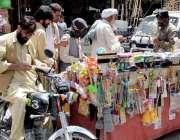 کوئٹہ: مسجد روڈ پر لوگ ایک ریڑھی بان سے الیکٹرونک کا سامان خرید رہے ..