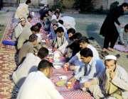 پشاور: وزیر اعلیٰ کے مشیر عارف یوسف اسٹیڈیم چوک میں راہگیروں کو افطاری ..